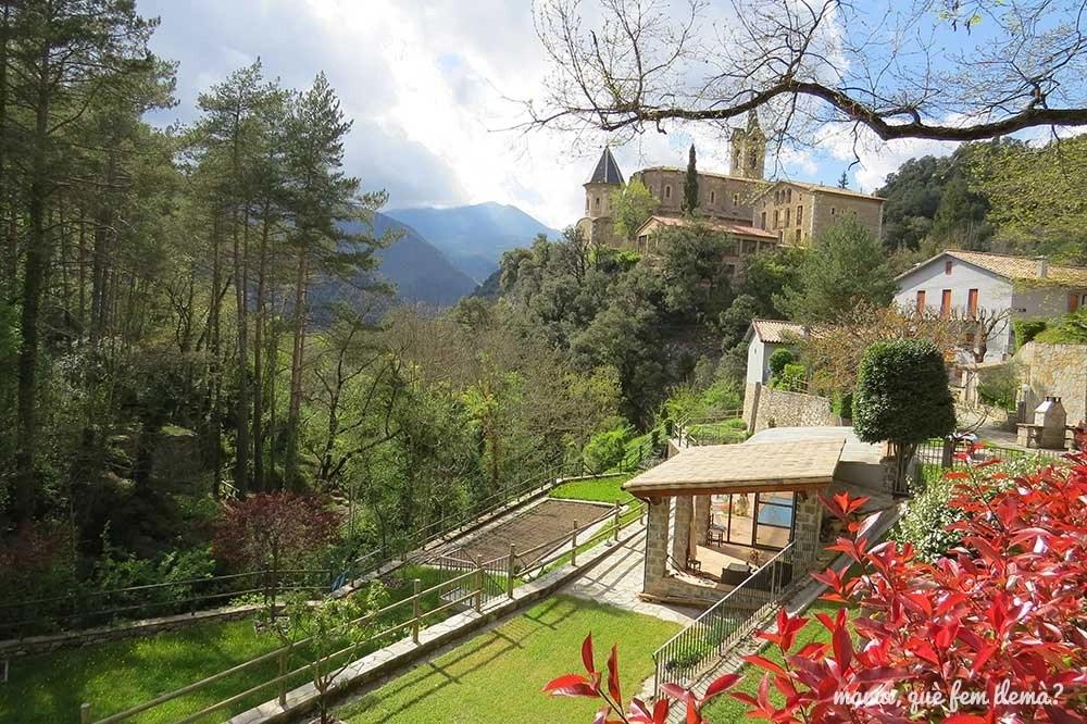 casas Cal Xica y Cal Torrent con el santuario de Lourdes de la Nou por detrás