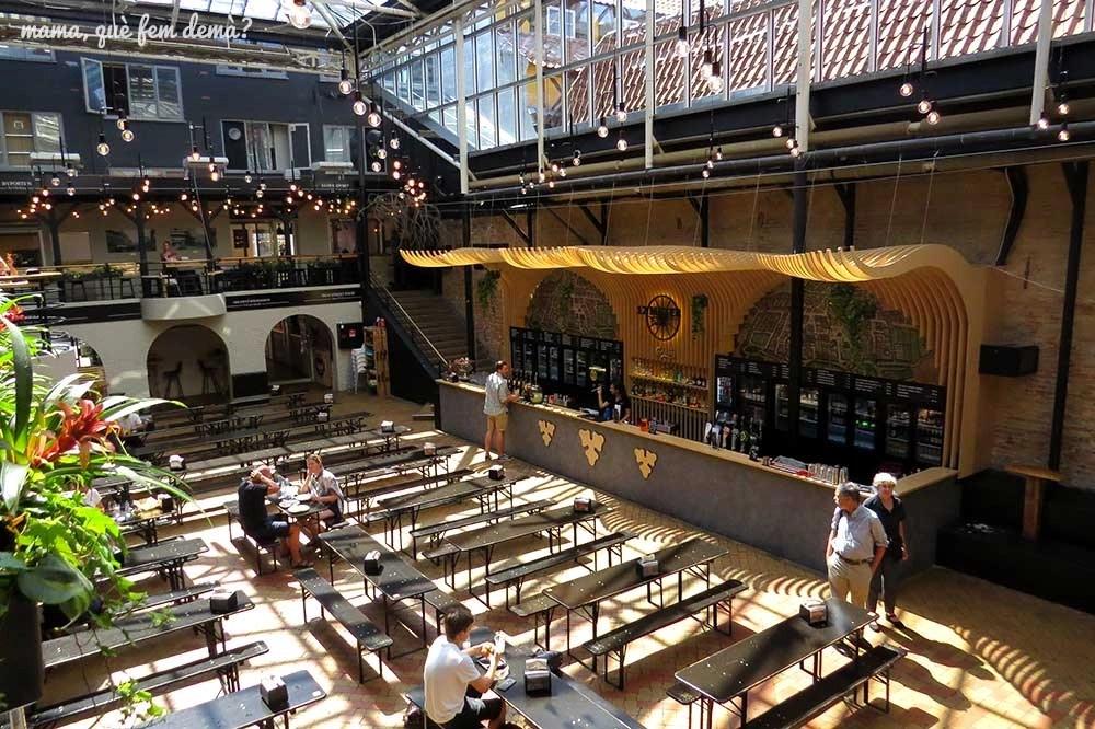 Interior de las mesas y la barra de bebidas del Arkaden Food Hall en Odense, Dinamarca