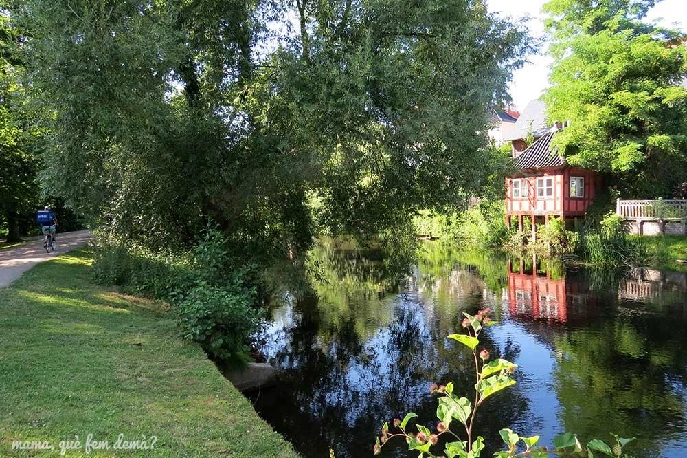 Canal del parque Eventyrhaven en Odense, Dinamarca
