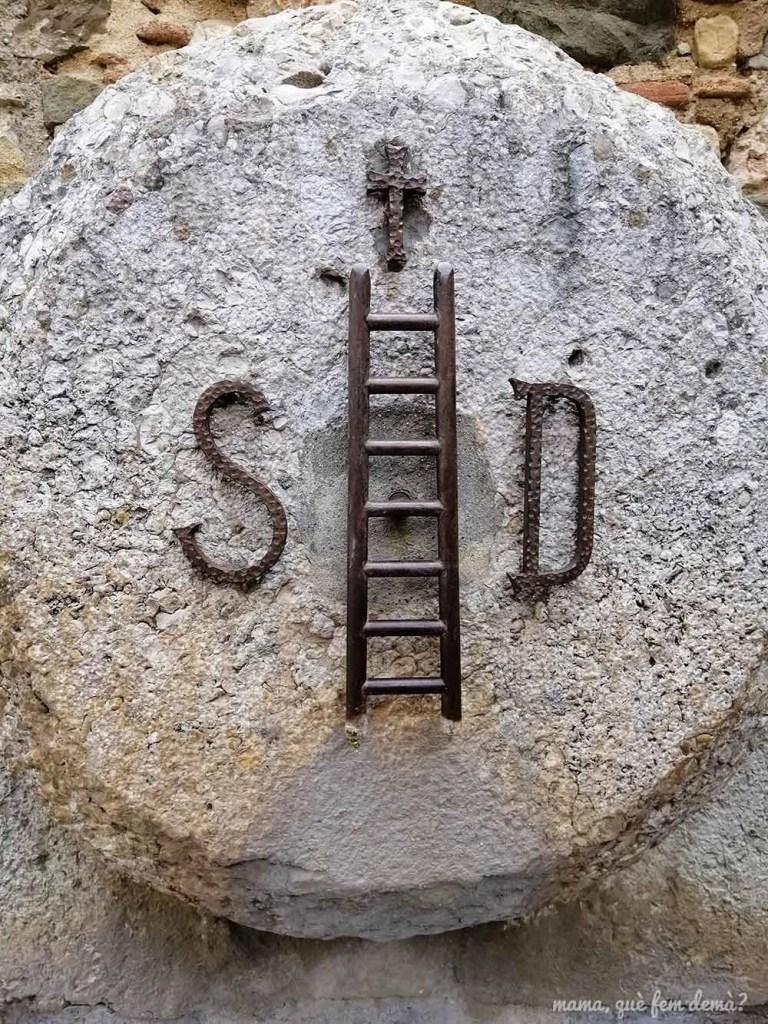 Fuente con la insignia de Scala Dei, escalera hacia el cielo en el pueblo de Escaladei