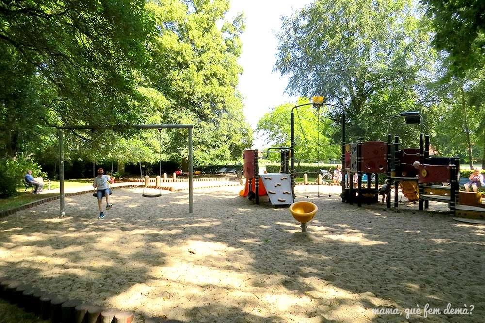 Parque infantil en Byparkens, un gran parque en Roskilde