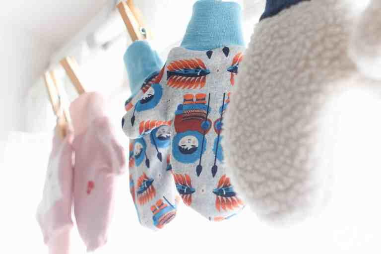 Kostenlose Anleitung für schnelle maßgeschneiderte Handschuhe für Kinder, Babys und Erwachsene. In zwei Varianten - einfach oder gefüttert zum Wenden! Mamas Sachen | Nähen | Anleitung | Handschuhe | Fäustlinge | Freebook | Freebie | schnell | wendbar | kostenloses eBook | Schnittmuster | Winter