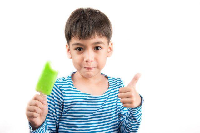Ijsjes bij ziek zijn tegen keelpijn Shutterstock door Littlekidmoment