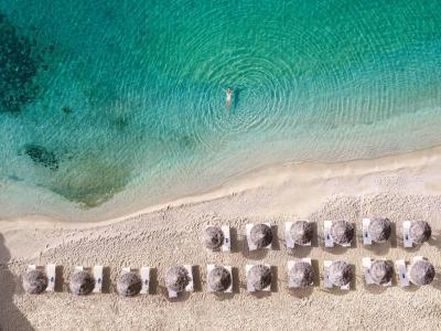 Mykonos Blu, Grecotel Exclusive Resort Mykonos - Grecia e In esclusiva per Mamatours 4 Notti Sistemazione Island Bungalow Side Sea View Partenza Agosto a partire da euro2070 per personasoggiorno minimo 5 notti e Include - Prima colazione - Cesto di frutta e acqua minerale in camera allrsquoarrivo - Wi-fi gratuito e La Struttura This property is 5 minutes walk from the beach Mykonos Blu, Grecotel Exclusive Resort boasts a spa, a 2-level infinity pool and luxurious sea-view accommodation It stands on its private part of Psarou beach, offering free beach sun beds e Accommodation at Mykonos Blu consists of sophisticated bungalows and villas, with built-in bathtubs or phototherapy showers Some units have private pools, indoor or outdoor hot tubs BO LCD TVs, DVDCD players and free Wi-Fi are standard e A state-of-the-art fitness room, sauna and beauty salon are available at the resortrsquos Elixir Fitness Gallery Spa Guests can also find a jewellery shop and the largest conference centre in Cyclades e Aegean Poets serves a la carte lunch and dinner with seafood specialities Poolside lunches and drinks are available at the LrsquoArchipel brasserie Delos Lounge Bar is ideal for an after-dinner drink e Mykonos Airport is 4 km from the resort The town of Mykonos is a 5-minute drive away The hotel can also arrange for sunset champagne sailing or helicopter tours