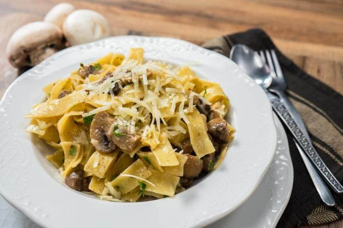 Greek pasta with mushrooms and herbs