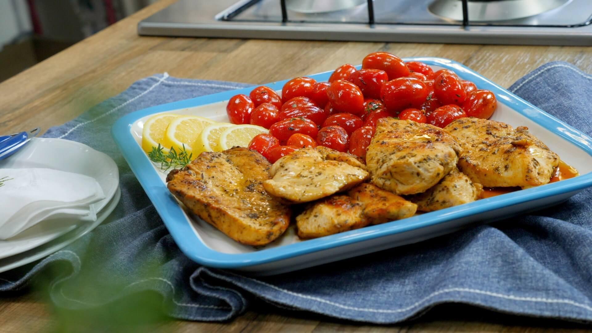 Ψητά φιλέτα στήθος κοτόπουλου με ντοματίνια – video