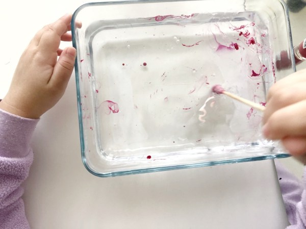 pintar con esmalte de uñas y agua