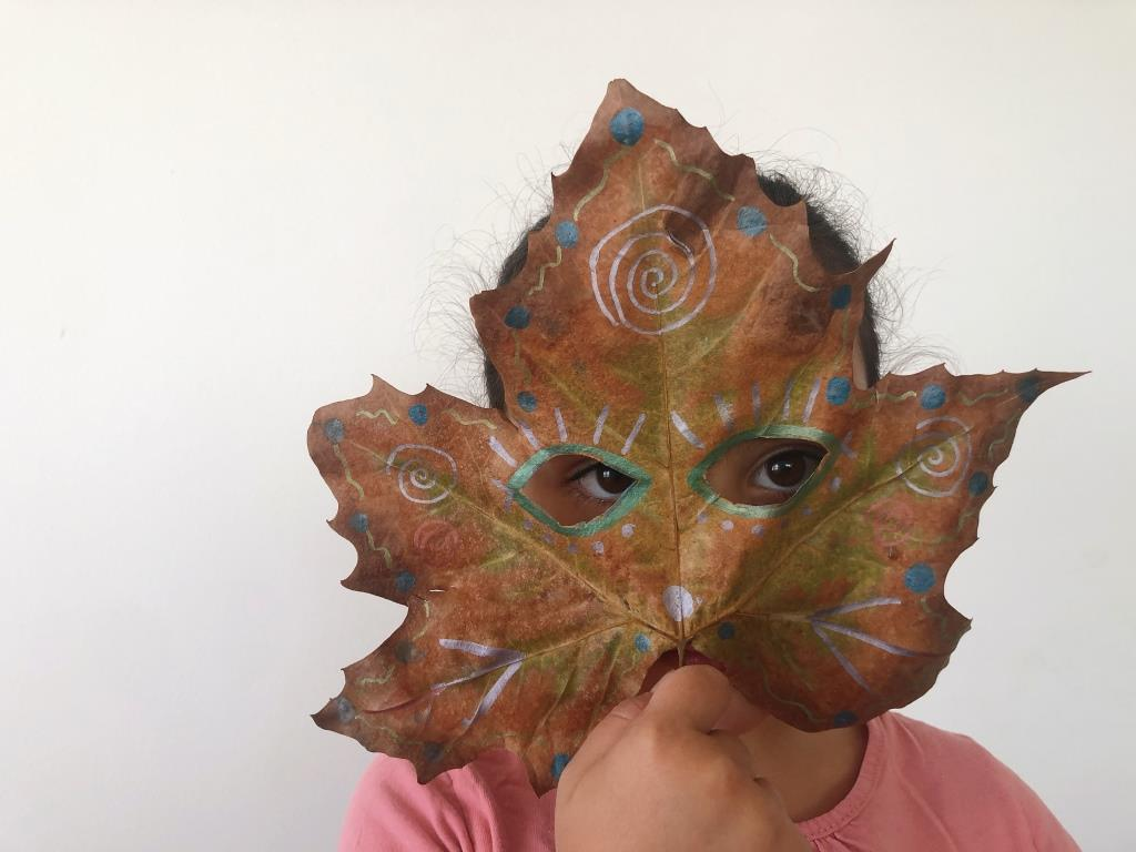 mascaras con hojas secas