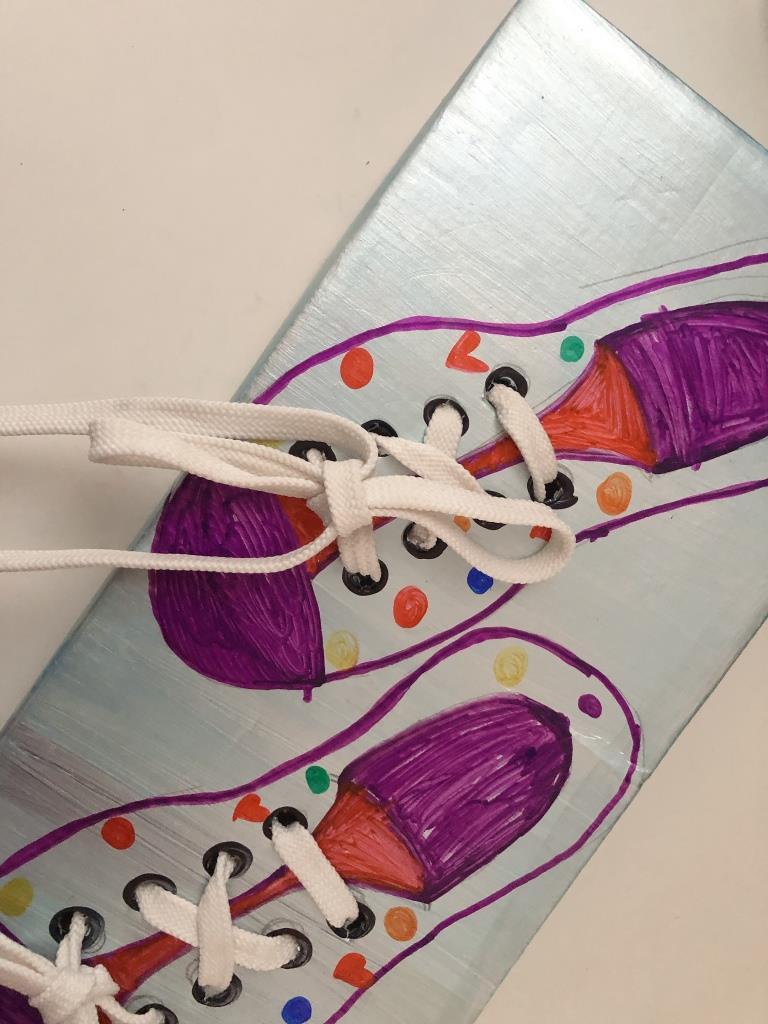 juego para enseñar a los niños a atarse los cordones