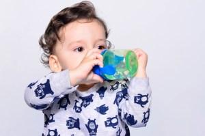 ¿Por qué los niños piden un vaso de agua cuando ya están acostados?