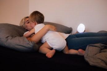 Neon und Mama Mia beim Kuscheln und Toben