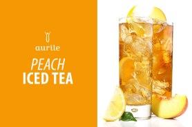 Składniki: • ok. 7 łyżeczek herbaty czarnej Aurile Harmony • cukier do smaku • 3 dojrzałe brzoskwinie • mleko ryżowe • lody waniliowe • do dekoracji: truskawki, limonka Przygotowanie: Herbatę zaparzać przez 5 minut w 1 litrze wody o temperaturze 95°C. Posłodzić do smaku. Przelać do foremek do lodu i zamrozić. Gotowe kostki herbacianego lodu wsypać do miksera, dodać mleko ryżowe, gałkę lodów waniliowych, dwie brzoskwinie. Zmiksować. Trzecią brzoskwinię pokroić w kostkę (można odłożyć jeden plasterek do dekoracji). Szklanki do połowy napełnić pokrojoną brzoskwinią i zalać przygotowanym napojem. Do ozdoby wykorzystać plasterek brzoskwini oraz pozostałe owoce.