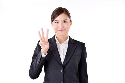 3を指す女性