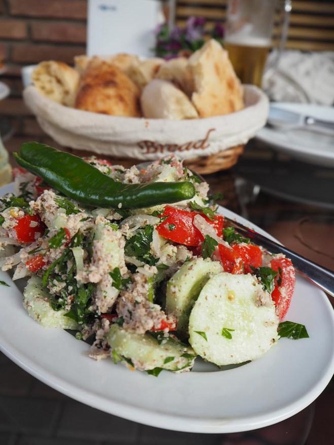 Georgischer Salat mit Tomaten, Gurken, Walnüssen und Chilischote