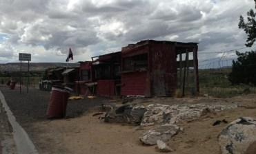 Des cases en décomposition, les natives de Laguna viennent y vendre leurs bijoux. Ils demeurent derrière la clôture
