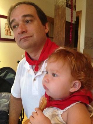 Padre e hija disfrutando de los churros.