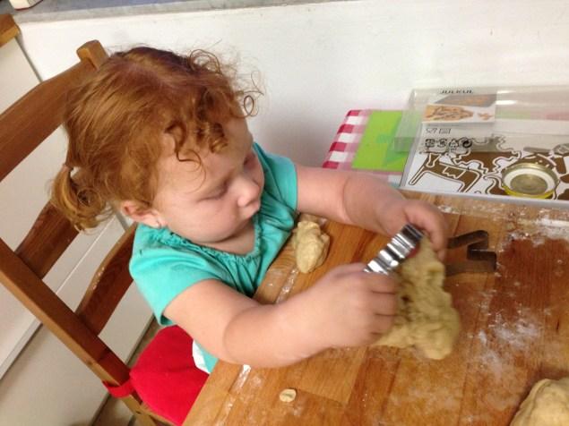 Cristina haciendo galletas