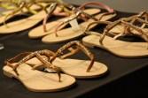 La firma de la griega Corinna Saias hace estas hermosas sandalias con aplicaciones de cristales Swarovski.