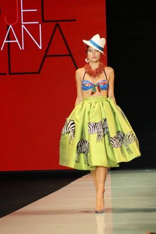 La diseñadora combina colores y estampados con las líneas de los años 50.