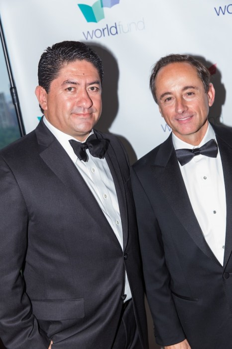 Eduardo Tricio Haro, distinguido de la noche, posa junto a José Antonio Fernández, presidente del Grupo FEMSA.