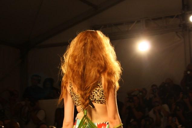Las modelos lucieron estas trenzas muy al estilo tribal. Sobra decir que ya estoy que muero de ganas por peinar a Cristina así.