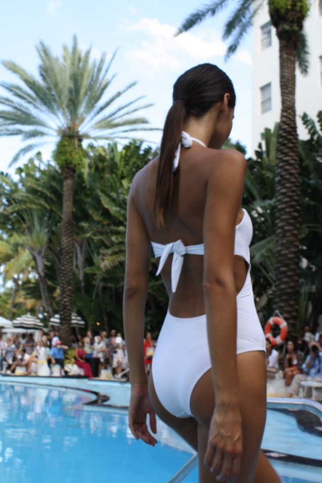 Modelo desfilando a la orilla de la piscina de The Raleigh.