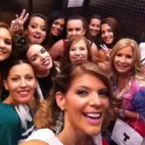 Domenica Mena (@DomenicaMena), de Ecuador, toma este selfie de todas las chicas en el elevador.