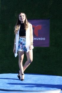 Daniela, una de las fashion bloggers hispanas más populares posa sobre la alfombra.