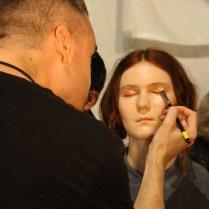 El maquillaje estuvo diseñado en tonos cobrizos.