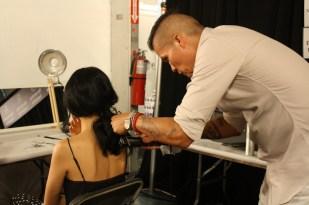 Jorge Luis detallando este peinado.