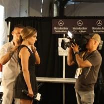Aquí le arregla el cabello a la presentadora para la entrevista.