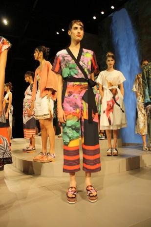 Las prendas inspiradas en los kimonos dominaron el panorama.
