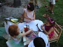 Los pequeños pintaron y decoraron sus propias alas.