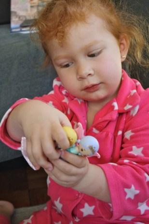 A Cristina le encantan los juguetes pequeños.