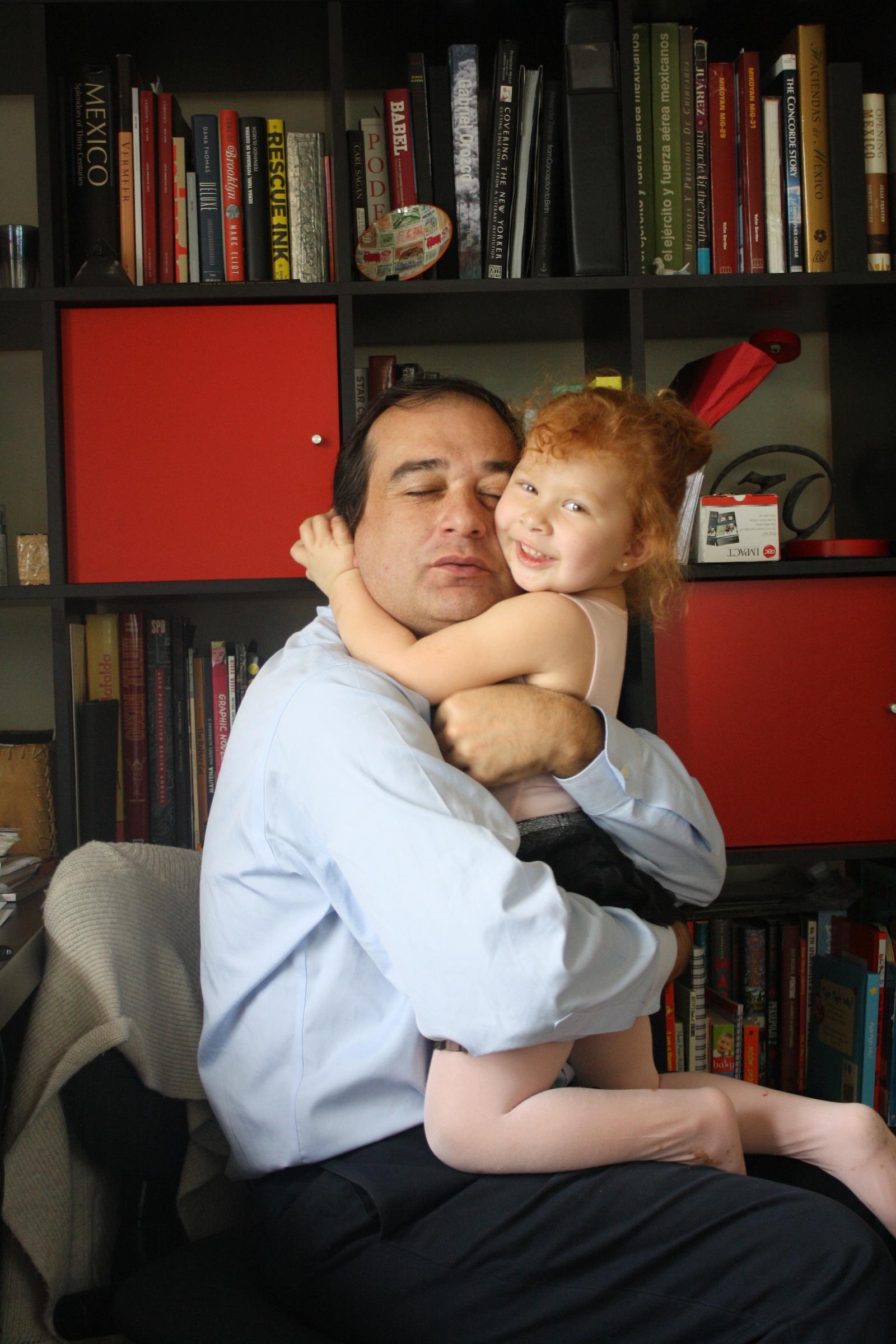 Papi y Cristina en pleno abrazo.