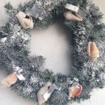 Y también hicimos una corona (ésta sí artificial) con los caracoles y mucha nieve seca.