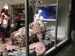Así lució la obra de la artista Olek en la vitrina de la nueva tienda ubicada en Miami Beach.