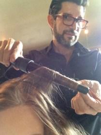 Con esta tenaza en forma de cono, tomó partes de mi cabello y las fue rizando.