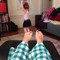 Yo, en reposo; Cristina bailando con su leotardo, mallas y tutú nuevo.