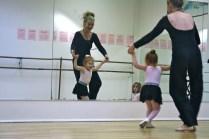 La maestra enseñándole los pasos.
