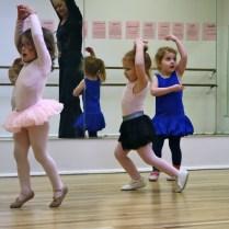 """Con sus nuevas """"ballerina friends"""", como ella les dice a sus compañeras."""