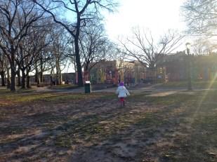 Corriendo al playground del parque.