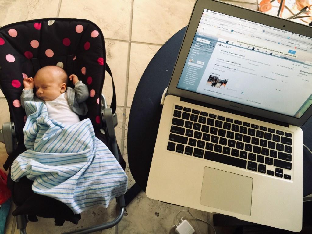 Trabajar desde casa con niños. Bebé con computadora.