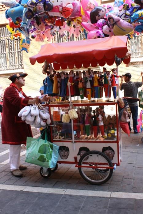 Un carrito con marionetas.