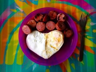 Una decoración más divertida y un sólo huevo para Cristina. Mantelito individual de Target y plato de Ikea.