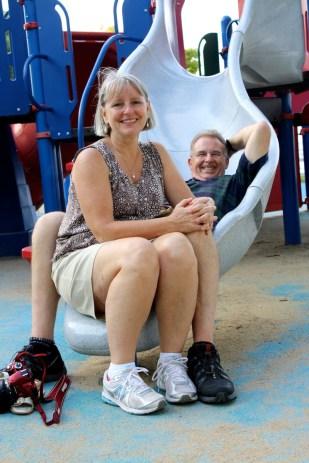 Ellen y Bruce tomando un descanso en el playground.
