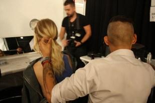 Jorge Luis perfeccionando hasta el último peinado.