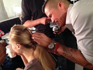 Jorge Luis terminando el peinado en una de las modelos.