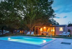 Mobilna hiška z bazenom.