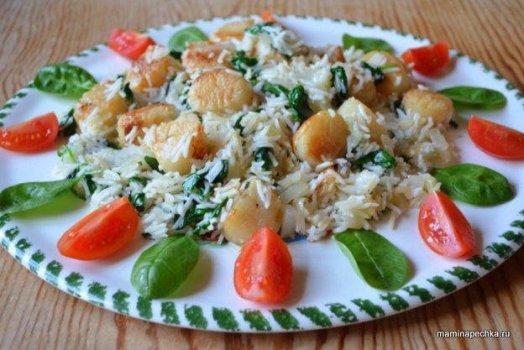 Морские гребешки с рисом и шпинатом